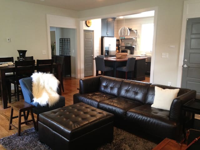 NEW Luxury n Upscale  NEAR DOWNTOWN 2200 ft house