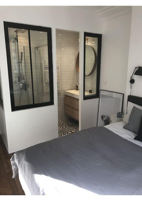 salle de bain verrière ouverte sur la chambre