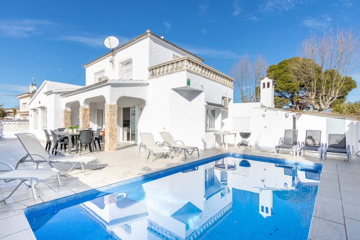 131-Empuriabrava-Beautiful villa renovated with  swimming pool in the center, and near the beach