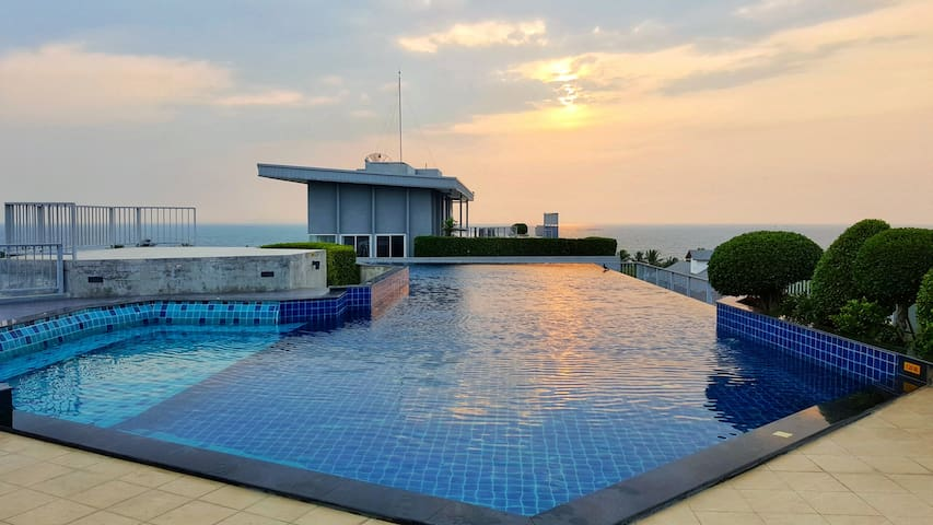 Luxurious studio & rooftop pool with sea views
