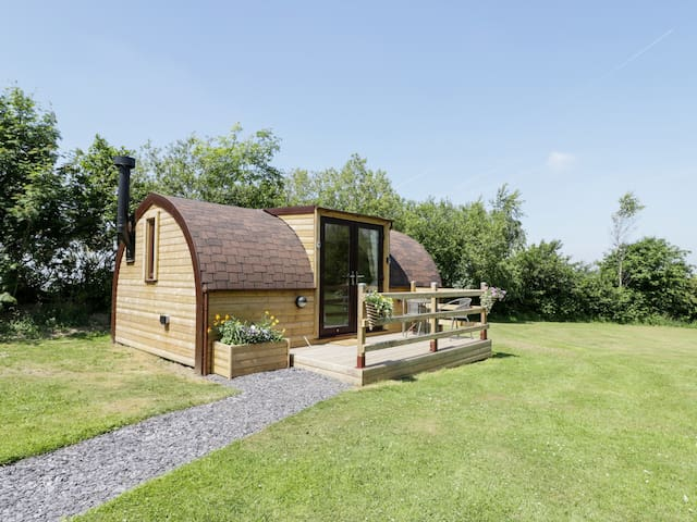 CABIN 2, pet friendly, luxury holiday cottage in St Asaph, Ref 965185