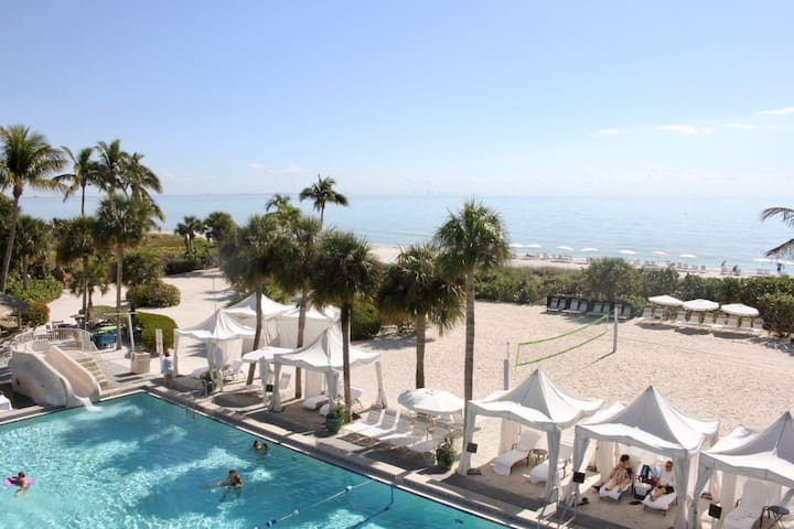 1BR STUNNING View! PRIVATE BEACH, 5 POOLS