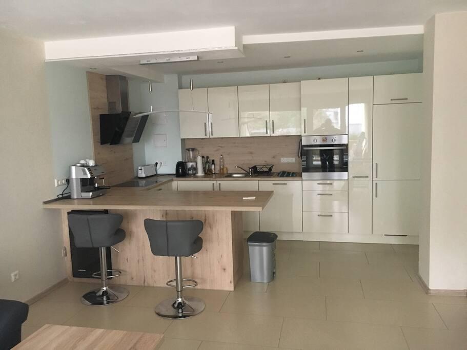 Eingebaute Küche mit Esstisch