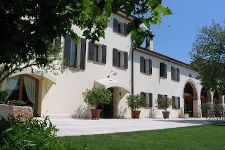 Col delle Rane - Relais - Caerano di San Marco - 家庭式旅館
