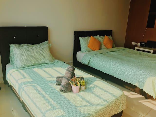 双人床及单人床,另加一个沙发床,温馨舒适。