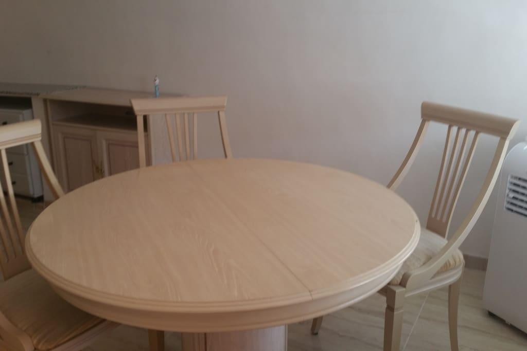 salon du haut avec table pour 4 personne et meubles de rangements