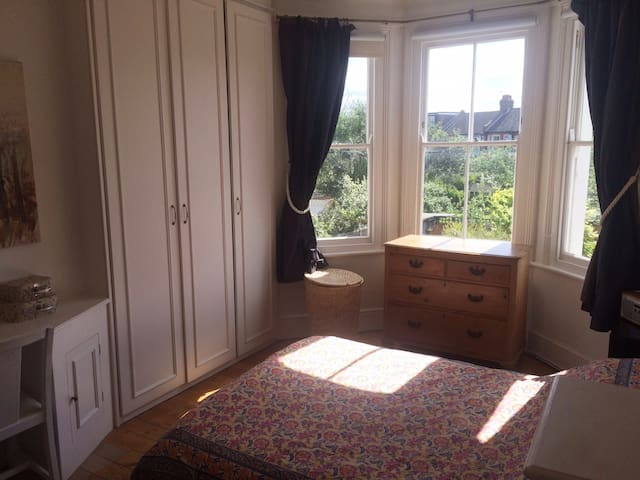 Gorgeous,quiet, sunny King size bed-close to tube! - Londres - Casa