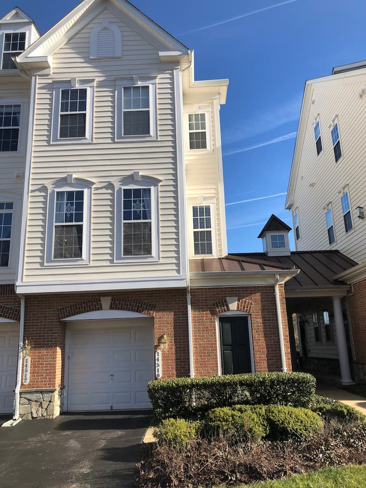 Immaculate 3BR/2.5BA Townhouse Near Shopping