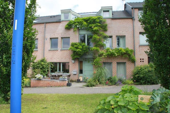 Grande chambre avec terrasse - Ottignies-Louvain-la-Neuve - House