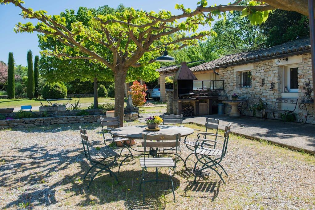 Table ombragée vue sur les vignes , barbecue
