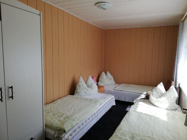 Schlafzimmer mit 3 Einzelbetten, Möglichkeit zum stellen eines Doppelbettes