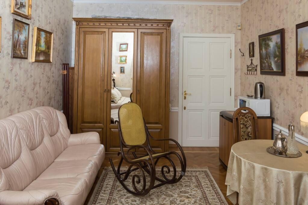 """Номер """"Окно в Петербург"""": софа, обеденный стол, шкаф, автономная мини-кухонка (микроволновка, чайник, холодильник, фильтр для воды)"""