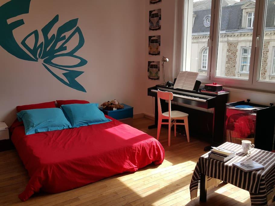 chambre priv dans une grande maison avec jardin guest houses louer cholet pays de la. Black Bedroom Furniture Sets. Home Design Ideas
