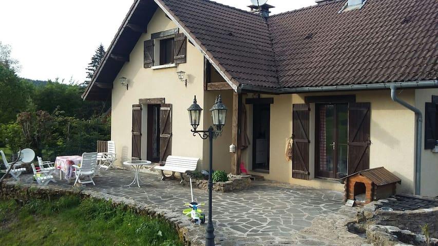 Simple chambre dans maison - La Mouille - Huis