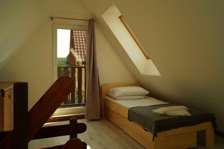 Domek nr 3 - na pietrze. Łóżko 90 x 200 cm