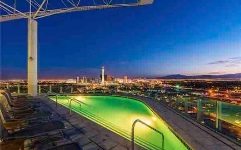 COZY HIP DOWNTOWN CONDO!!! DIRECTLY ON FREMONT ST!