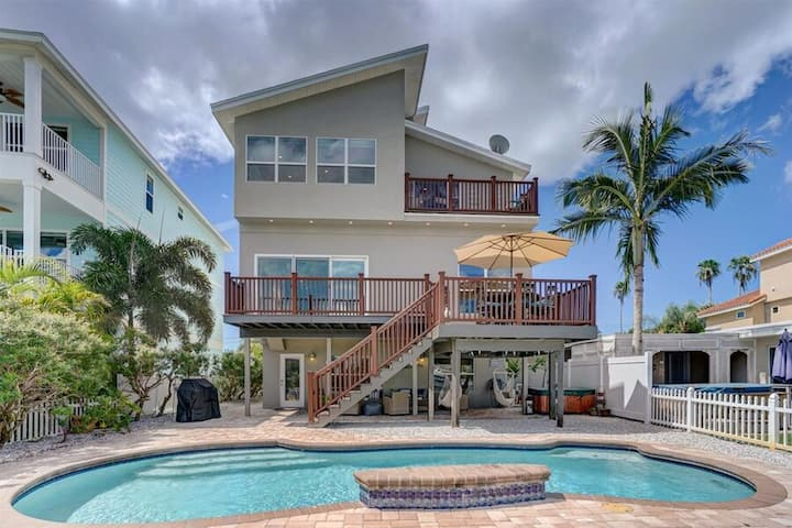 Beautiful Waterfront Home in Indian Rocks Beach*heated pool*hot tub*Huge Master Suite with water views