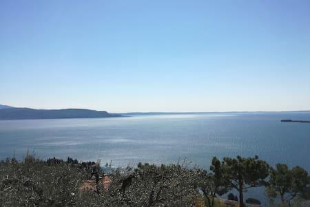 Casa vista lago e piscina. CIR (017074-CNI-00068)
