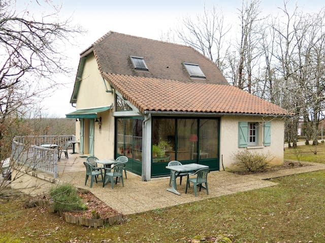 Holiday cottage with cover pool in the hillside area