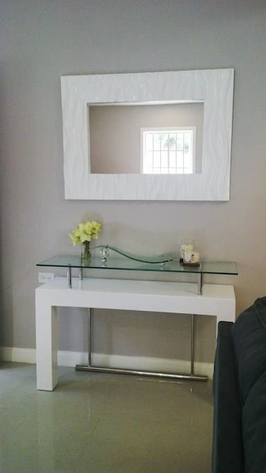 Foyer table and mirfor
