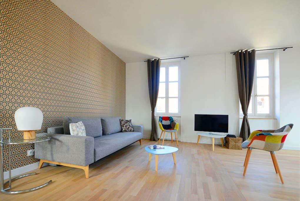 Salon avec canapé convertible confortable (140x190), TV LED 102 cm, deux fauteuils