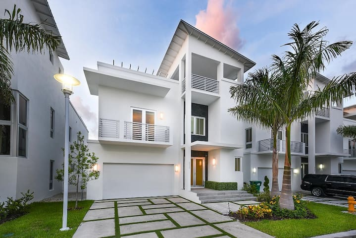 Luxury Modern Home with Terrace HotTub Trump Doral