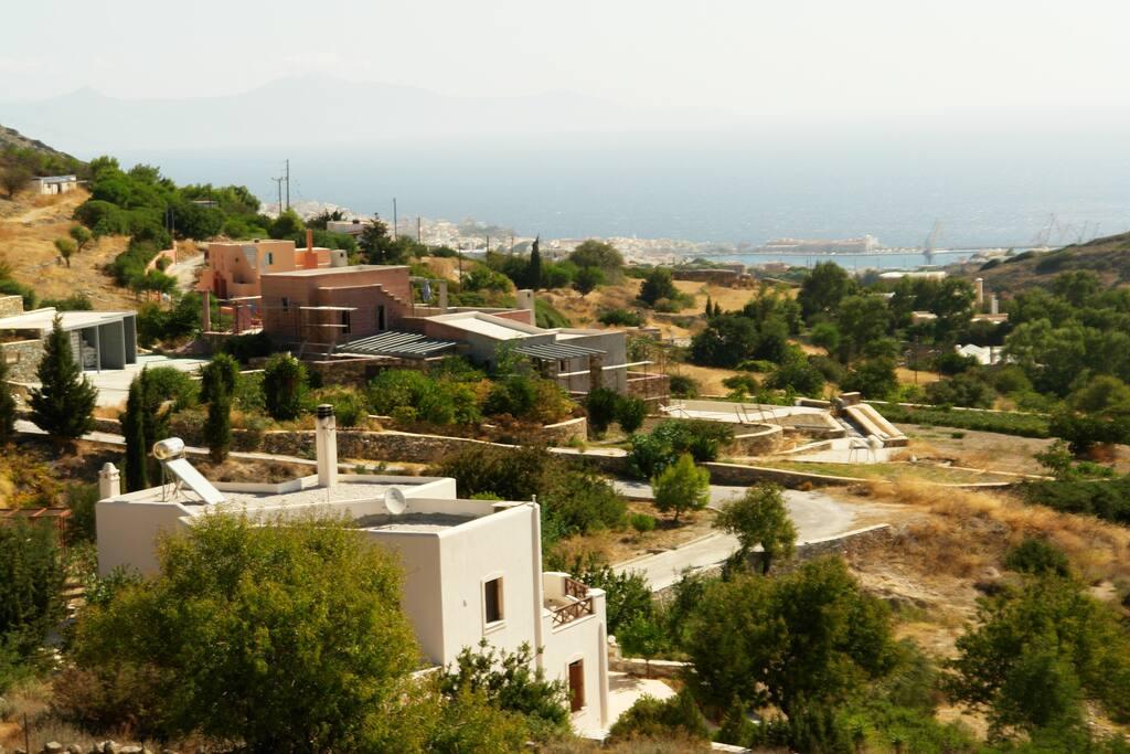 Η γειτονιά του σπιτιού. Στο βάθος η Ερμούπολη και το λιμάνι.