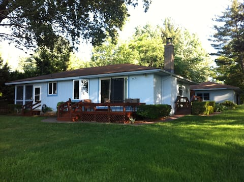 Cozy 3 BR Cottage on Hutchins Lake!!