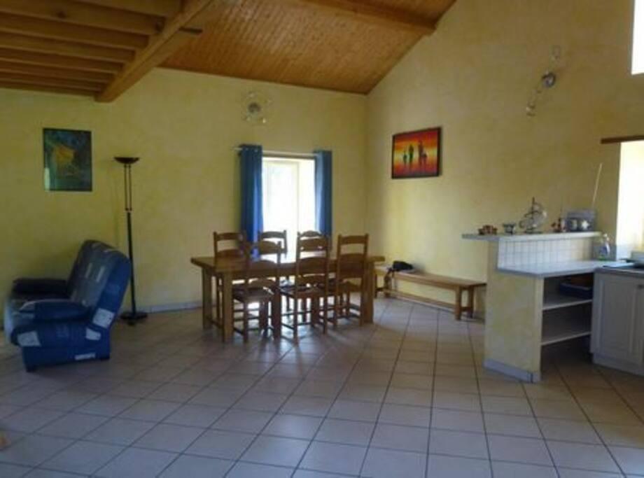 Salle séjour avec cuisine ouverte