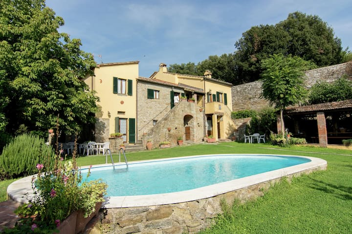 Farmhouse in Cortona with pool and jacuzzi in the lovely garden