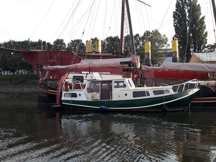 Johann –geräumig uriges Motorboot als Ferienwohnung