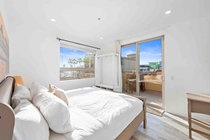Wake up in this comfy king size bed with a beautiful oceanview.  Have some hot ☕️ or maybe a mimosa on your adjoining balcony.  This bedroom also includes an en-suite 3/4 bathroom.