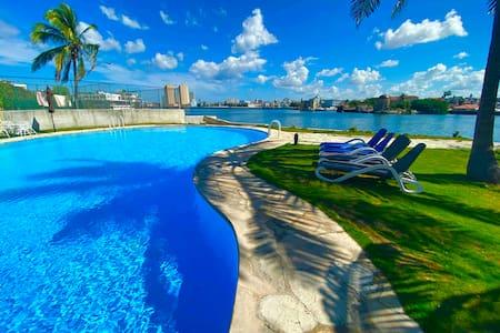 Luxury Miramar ( water front, WiFi, jacuzzi, pool)