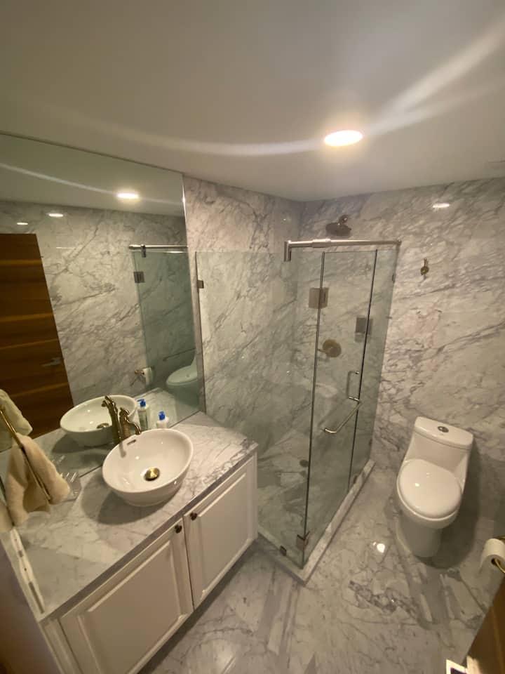 Habitación  en penthouse de lujo baño completo