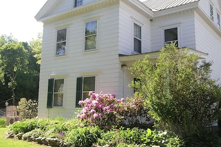 In town large 1827 Greek Revival with history. - Norway - Bed & Breakfast