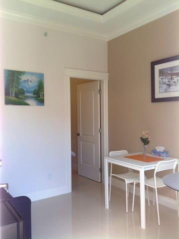 Clean Private Suite - 10 min Walk to Everything