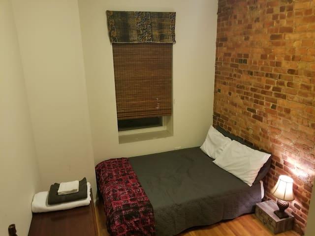 Cozy, quiet, simple Bed-Stuy brownstone room