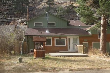 Rustic, comfortable cabin on river near RMNP - Drake - Stuga