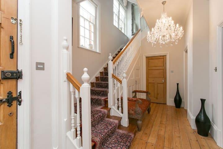 Up to 20% off! 5 bedroom sleeps 12 Wimbledon - Worcester Park - House