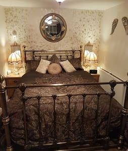 Luxurious Victorian  Double. Constant Hot Water - Yeadon - Casa