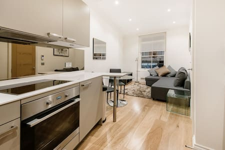 4 person flat by Piccadilly Circus, Leicester Sq - London