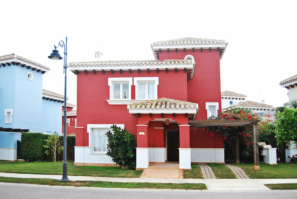 New lujosa villa con piscina privada golfclub villas for Alquiler villas con piscina privada