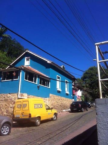 Linda casa 3Q na rua do lazer - Santa Teresa