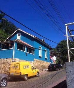 Linda casa 3Q na rua do lazer - Santa Teresa - House