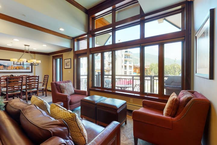 Mountain view condo w/ ski-in/ski-out access + shared hot tubs & pool!