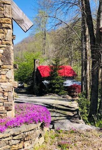 Shoal Creek- Creekside, Upscale Rustic Charm, Close to Boat Rentals & Cashiers