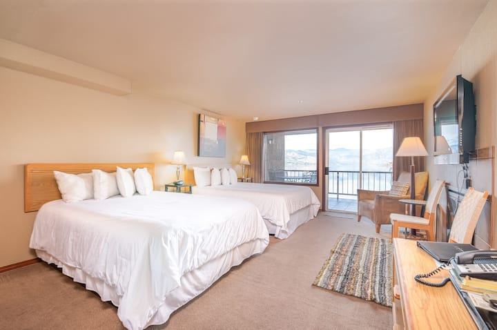 Grandview Lake View 300! Waterfront Suite with 2 Queen beds and lake view!