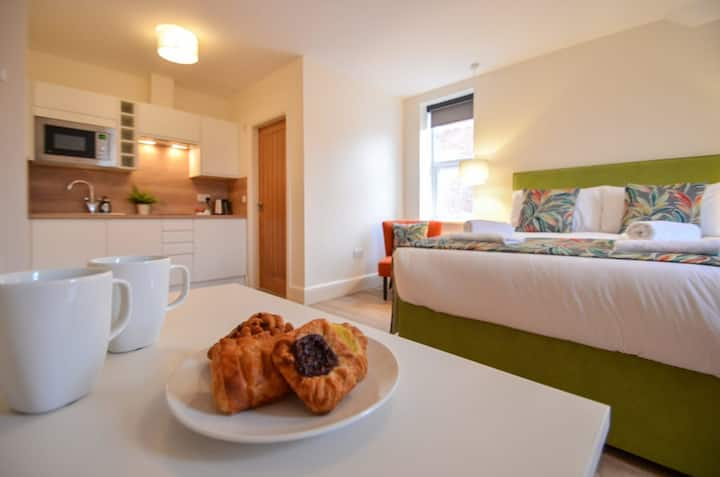 The Eugene at The New Talbot Aparthotel - LARGE STUDIO FLAT WITH WIFI - Close to local amenities