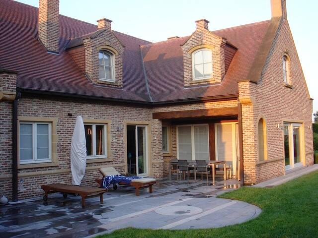 Villa dans un quartier calme et très vert - Sint-Pieters-Leeuw - 別荘