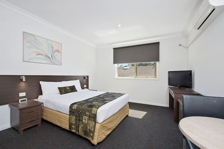 Comfortable Bedroom with Bathroom - Dandenong - Apartment